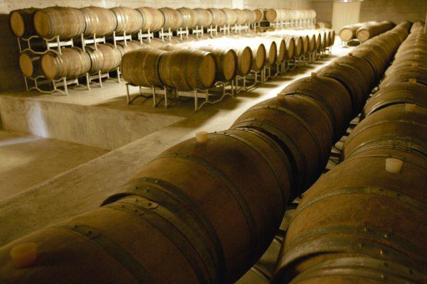Die Kellerei in Noto mit Weinfässern